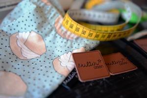 Byxor och tröjor med semel-mönster har varit poppis i januari och februari- De små märkena med logotypen fästs som en detalj på många av plaggen.