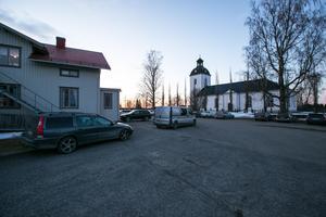 En strid ström av berörda besökte kyrkan och Sockenstugan i Hammerdal under kvällen.