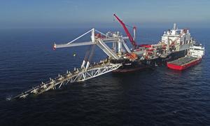 Ett ryskt fartyg lägger ut gasledningen Nord stream 2 i Östersjön. Pipelinen ska förse Västeuropa med rysk naturgas. Foto: Bernd Wuestneck/AP/TT