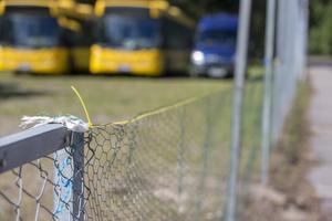 Helgen innan skolstarten var det öppet ut mot den trafikerade Korsnäsvägen, men till skolstarten var det åtgärdat med en tillfällig lösning.