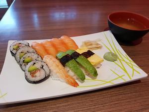 12 bitars på Sakura Sushi.