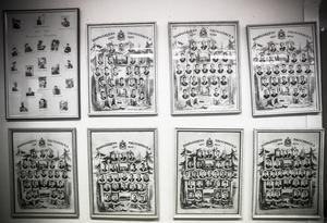 På väggen hänger fototavlorna och blir till en parad av lärare och elever genom hundra år.