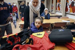 Lara Addas, 4,5 år, fick välja en väska från bordet med väskor till förskolebarn.