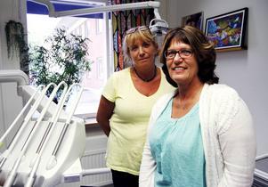 Gunilla Rehnsbo och Ingela Aili är två av totalt tio personer som deltagit i den unika utbildningen där tandhygienister lärt sig behandla kariesskador.
