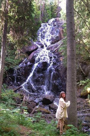 Det vackra Lugnåfallet utför Revaberget ingår i det nya natur- reservatet söder om Bispgården. På bilden ses Kia Karlsson, Hammarstrand.Foto: Ingvar Ericsson