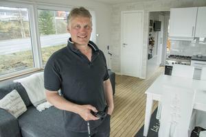 Hammerdalssonen Håkan Ottosson har tillverkat tre husbåtar. Här, i husbåten Alice 28 (28 kvadratmeter) finns alla bekvämligheter som fullt utrustat kök, toalett, sovrum med tv och stora panoramafönster. I handen håller han