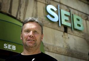 Mikael Sjövall, fastighetsägare i Karlskoga.  Vann i HD över SEB banken. Banken hade inte rätt att försätta Mikaels fastighetbolag i Konkurs. HD skriver att Sjövalls bolag hade tillräckliga säkerheter för bolaget lån.  Mikael Sjövall försattes i personlig konkurs för två år sedan och har kämpat för upprättelse sedan dess.