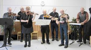 Mora spelmanslag framträdde med låtar från Moratrakten vid SPF Moras senaste medlemsmöte.
