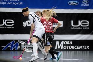 #93 Amanda Öhman i närkamp mot Täbys Moa Tschöp.