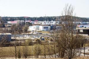 April 2019. Det nya handelsområdet  i östra Birsta växer och det byggs för fullt. Sundsvallsbolaget Peritas och Stockholmsföretaget Rico Estate Development köpte 2018 en tomt i östra Birsta som ligger granne med ICA Maxi. På marken byggs just nu ett 17 000 kvadratmeter stort handelsområde som fem butiker ska dela på. Lågprisjätten Eko var först ut att skriva avtal och öppnar i höst, då den första etappen av bygget är klar. Möbelkedjan Jysk kommer också att flytta till området.