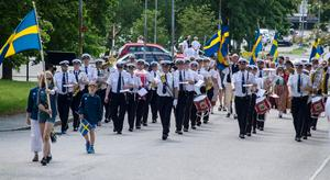 Musikkåren Lyran marscherar in på Gammelgården och inledde firandet.