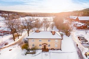 Villa Sörgården – mest klickat på Hemnet vecka 13 av fastigheterna i Dalarna. Husets tre våningsplan inrymmer totalt hela 450 kvm.Foto: SkandiaMäklarna
