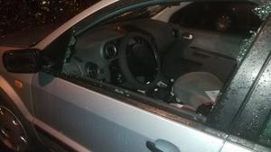 Både sidorutor och vindruta hade krossats, och backspeglarna var avbrutna. Foto: privat
