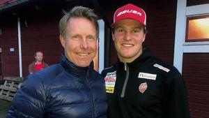 Far och son Dackell kramade om varandra efter matchen i Järvsö som pappa Andreas Brynäs vann mot sonen Olivers Modo med 6–3.