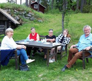 Lillemor Pahlen, Astrid Djärv, Rigmor Westin, Ebba Åhlin Lundmark och Kenneth Österberg fikar efter årsmötet