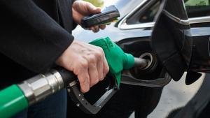 Bensin- och dieselskatten borde vara en stor valfråga tycker insändarskribenten.