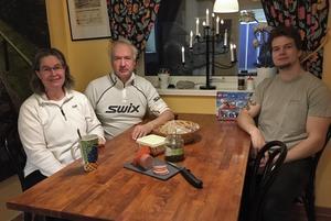 Vid 8-tiden har Helena, Jan och Christoffer jobbat åtminstone tre timmar, så morgonfikat ska vara ordentligt - macka med Hellströmskorv och saltgurka.