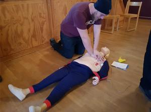 Här praktiserar Brogge Brohagen hjärtlungräddning i Glöte. Foto: Privat