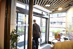 Apotekstjänsts vd Tomas Hilmo, lämnar mötet med politiker i varuförsörjningsnämnden angående bristen på sjukvårdsmaterial. Foto: Karin Wesslén /TT