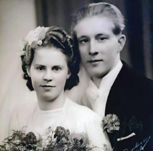 Den 8 april 1944 vigdes Bengt-Erik och Svea i Kumla kyrka. Foto: Privat
