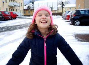 Så här glad blir nog sexåriga Lina Lipponen om politikerna säger ja till hennes pappas förslag om en skridskobana på Rådhustorget.