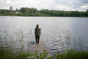 Ingrid Täfvander hoppas på napp. I Orrsjön i Njurunda finns öring och röding.