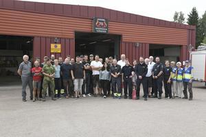 Särna brandstation med styrkorna från särna och Idre samt stabspersonalen utanför brandstationen som nu åter ska bli just brandstation.