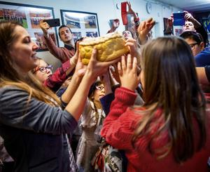 Barnen sjunger en sång samtidigt som de tillsammans vrider på julbrödet. När sången tar slut får de hugga in, och förhoppningsvis få biten med myntet i.