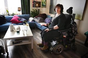 Marie Lindblad i sin eldrivna rullstol.