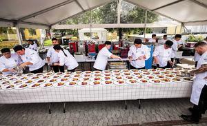 Minuterna innan besökarna släpptes fram till gratis mat hade teamet bakom de 2000 portionerna mycket att lägga upp på tallrikarna.