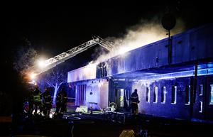 Räddningstjänsten tog sedan den primära branden släckts upp hål i taket för att utröna om branden spridit sig. Därav ånga från taket – släckvattnet förångas mot ännu varmt tak. Räddningsinsatsen kunde dock avslutas sedan man konstaterat att det inte brann någon annanstans.
