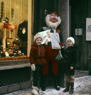 Barn och en tomte på Drottninggatan på 1960-talet. Fotograf: Lillevi Richardtson. (Bildkälla: Örebro stadsarkiv)