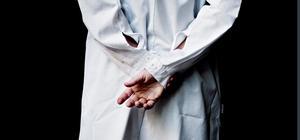 En läkare får enligt lag endast ta del av patienters uppgift om han eller hon deltar i vården, eller av annat skäl behöver uppgifterna för sitt arbete. Arkivbild: Cleis Nordfjell/TT