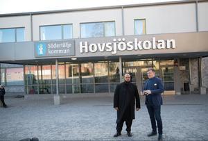 Abdul Chohan föreläste på Hovsjöskolan i veckan. Rektor Håkan Malmrot tog emot.