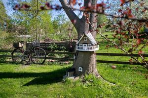 De små kreativa husen för tankarna till konstnären Lennart Plahn. En liknelse  som Anders Regnander blir stolt över att höra.