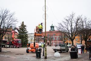 Samtidigt som torggranen kom på plats monterades de nya ljuskulorna på torgets lyktstolpar av Västerfärnebo Elektriska.