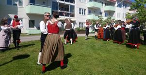 Öjegården fick besök av spelmän och dansare.
