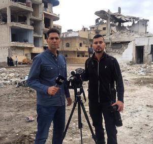 Foto: Pablo Torres                                                                                                                                        Samir Abu Eid och fotografen Pablo Torres i Raqqa, Syrien.