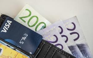Antalet slantar i plånboken påverkas av coronakrisen. Foto: Tomas Oneborg/TT