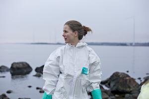 Jonna Eriksson har tidigare skottat olja med grepe inne i hamnbassängen på fabriken. Den här dagen jobbar hon med eftersanering längs Furuvikskusten.