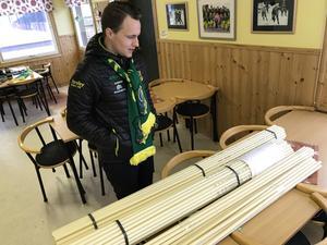 Här ska monteras ihop Skutskärsflaggor – över 400 stycken. Johannes Siirtola funderar över det egna projektet.