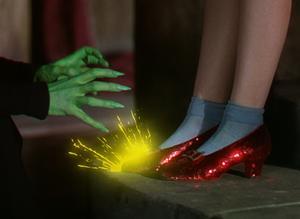 Dorothy (Judy Garland) övertar de röda rubinskorna från den döda häxan Östan.  Foto: Folkets Hus & Parker
