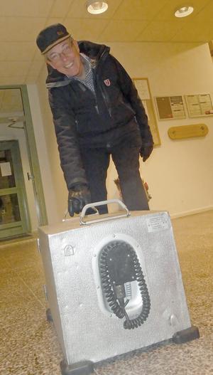 Kurt Jansson anländer med mat för uppvärmning. Foto: Gösta Hörnfeldt