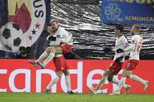Emil Forsberg firar 2–2-målet tillsammans med lagkamraterna.