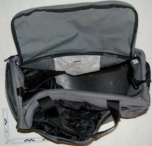 Det var den här väskan som hittades av Missing People, innehållande en AK 47. Polisen vill gärna ha in tips gällande trunken, som är av märket Nike. Foto: Polisen