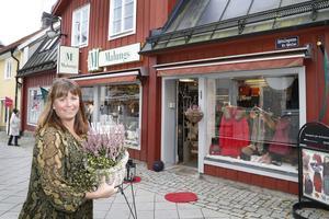 Malungsbutiken erbjuder mer än varor. Här stannar många för att prata en stund när de är ute på promenad. – Butiken är som en mötesplats. Jag har också lärt känna många som är nyinflyttade i Norrtälje, säger Cecilia Vaihela.