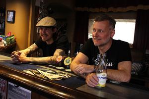 Arkivbild på David Vallanger med fadern Lennart Vallanger på CC-Puben som de drev till slutet i höstas.