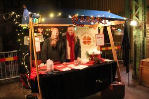 Föreningen Ett hade ett bord på Tomtemarknaden på Verket i Avesta under helgen. Martin Ahlvin och Linnea Nygren är med i föreningen som i sommar kommer att spela musikalen Cabaret i Martinhallen. Foto: Pia Rydberg-Wallner