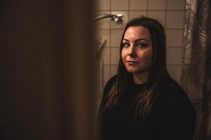 Louise, en av de hyresgäster som berättar om sjukdom efter mögel i bostaden. Nu lovar nya ägaren att lyfta fastigheterna i Krylbo, enligt ett pressmeddelande.