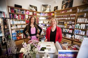 Den är mitt livsverk, sade Solveig Axelsson inför försäljningen av Söder Parfym 2010. Sandra Andersson arbetade i butiken tillsammans med sin farmor.